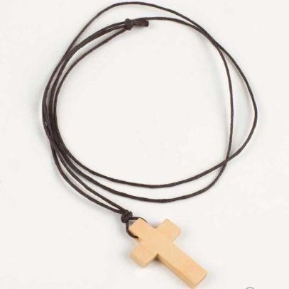 Cruz de madera con cordón